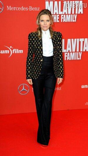 Мишель Пфайффер в черном жакете, расшитым золотом, брюках с высокой талией и белой блузе Alexander McQueen