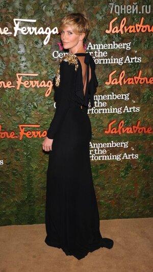 Шарлиз Терон в платье в пол от Alexander McQueen и с клатчем от Ferragamo