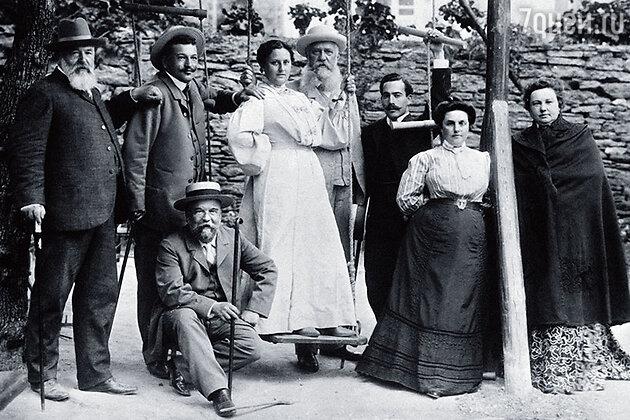 Дети Смирнова и их родственники в Шелковке. Второй слева — Владимир, третий и вторая справа — его старший брат Петр с женой Евгенией Ильиничной