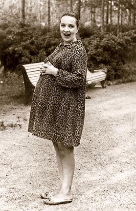 Свадьбы никакой не было. Мама осталась при своей фамилии - Тенякова, под которой уже была известна зрителю. Наталья, в ожидании Даши, 1973 г.