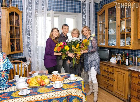 В гостях у мамы в окружении любимых женщин — жены Камиллы, мамы Наталии и сестры Дарьи