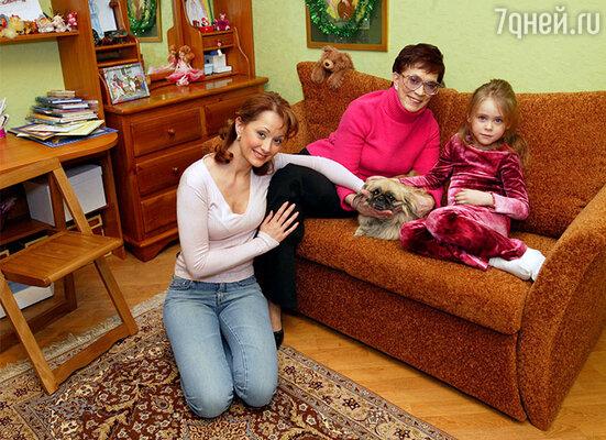Ольга с мамой, дочкой Танечкой и пекинесом Несси