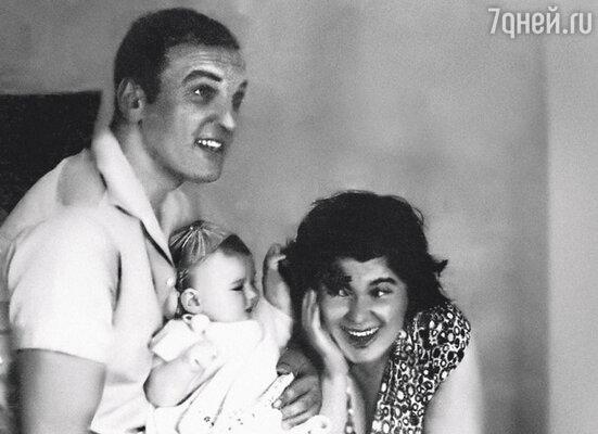 Никогда у меня не было ощущения «мама, папа и я — счастливая семья», родители не воспринимались единым целым. Семья Петренко