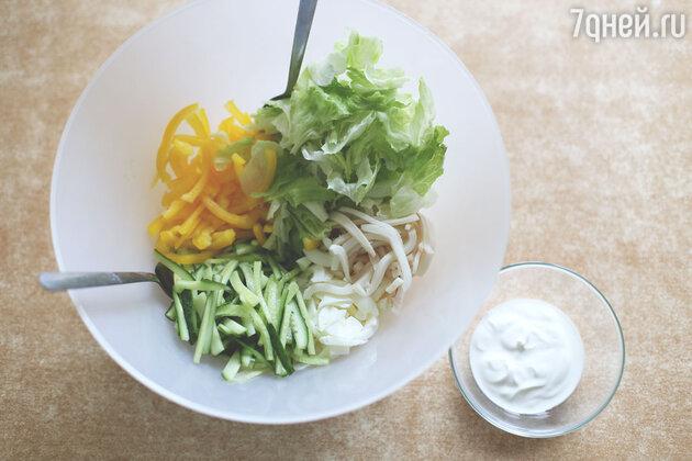 В миске соединяем все наши ингредиенты и можно заправлять наш салат из кальмаров.