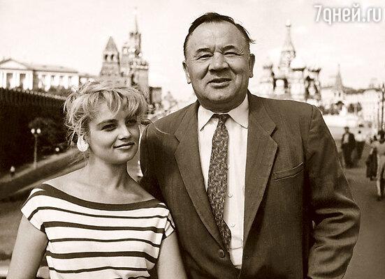 На первом фильме меня опекал Борис Андреев. Посмеивался: «Наташка, выходи замуж за Гриценко. Я буду ходить к вам в гости. А ты — наливать нам по рюмочке!»