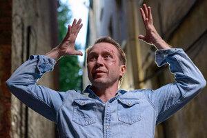 Евгений Миронов принял вызов Хаматовой и облился ледяной водой