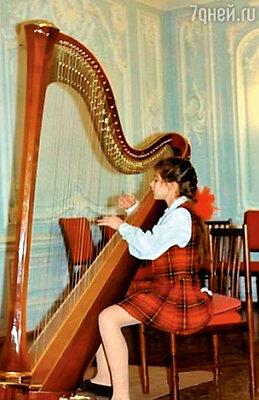В восемь лет Марина начала играть на арфе