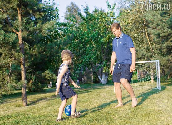 «Даже приходя домой, Влад продолжает тренировки — занимается смладшим сыном Никитой»