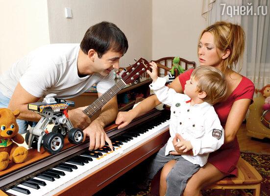Дмитрий Певцов с женой Ольгой Дроздовой исыном Елисеем.2009 г.