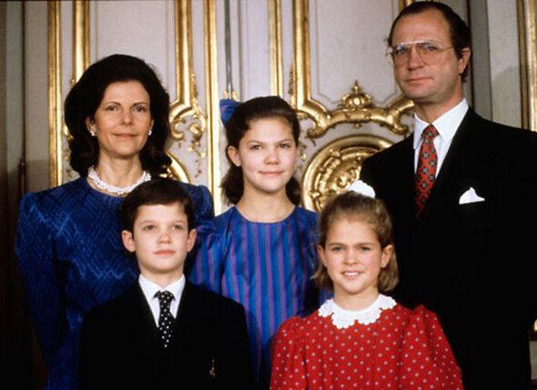 Король Карл XVI Густав и его супруга королева Сильвия с детьми Карлом Филипом и Викторией и Мадлен