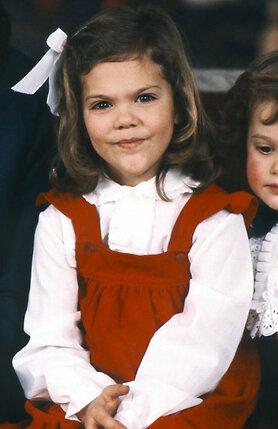 Целый штат шведского королевского двора работает на то, чтобы детство наследников было счастливым. (Принцесса Виктория и принцКарл Филип на празднике)