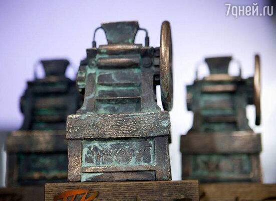 Премия Петра  Кончаловского — бронзовая скульптура краскотерочной машины как символа высокого мастерства художника
