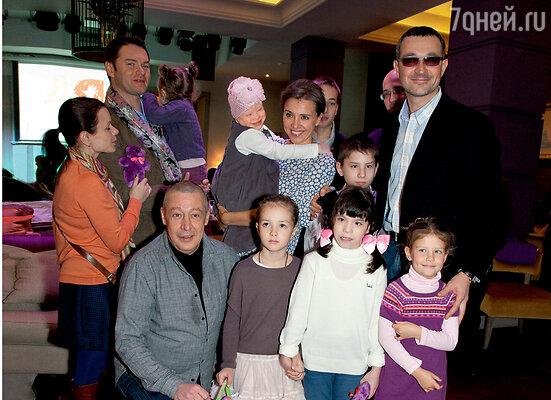 Ксения Алферова, Егор Бероев иих дочка Дуня (рядом с Михаилом Ефремовым) принимают гостей. Наруках уКсении — маленькая Полина, подопечная фонда «Я есть!»