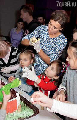 ...а Ксения помогает лепить марципановые фигурки — украшения для торта