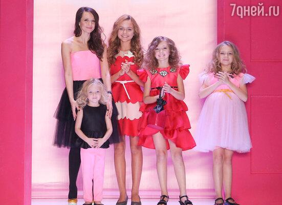 Российский дизайнер Даша Гаузер (слева) специально для легендарной Barbie®! создала  коллекцию одежды «FASHIONISTA»