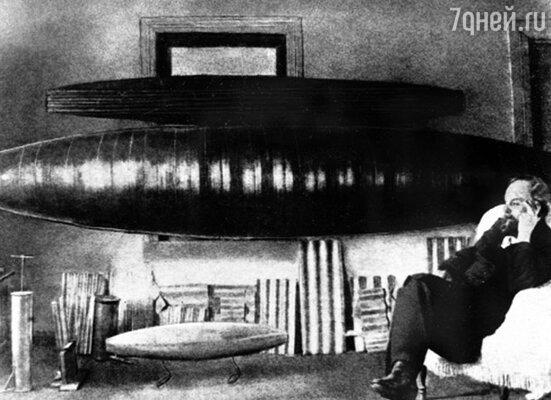 Два года Константин Эдуардович практически прожил в мастерской и спал на верстаке, увлеченный разработкой цельнометаллических дирижаблей. 1913 г.