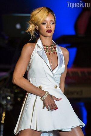 Рианна в платье от Balmain на выступлении в Монте-Карло