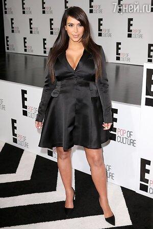 Ким Кардашьян в черном атласном платье-смокинге