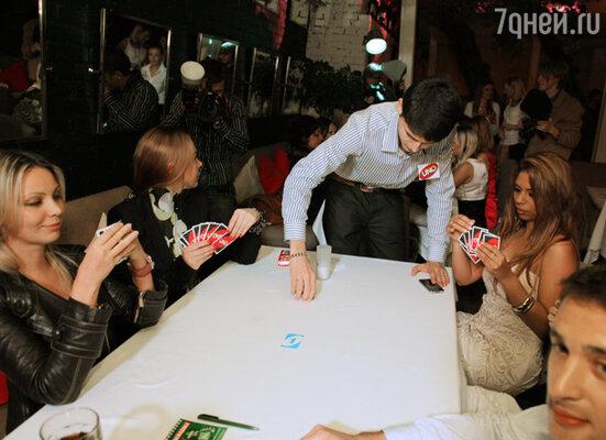 Гости с азартом тасовали карты, постигая азы новомодной игры «Uno», козырями в которой  являются цвета, а не масти