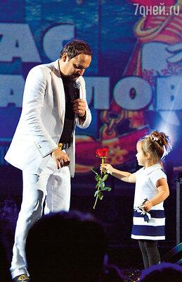 Дочь Иванка поздравляет Стаса на сцене во время концерта