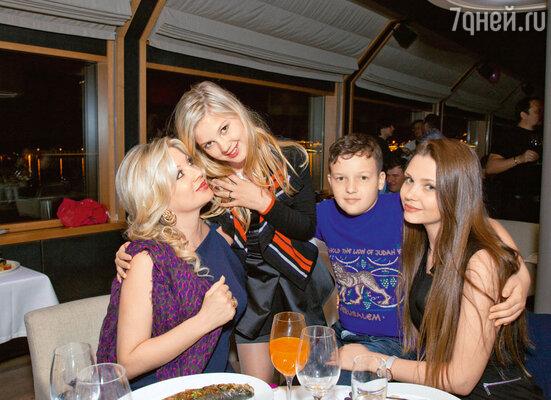 Инна с дочерью Евой, сыном Никитой и невестой старшего сына Михайловых Яной