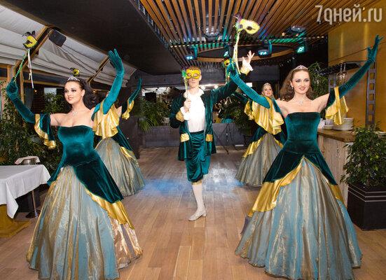 Бал на корабле открывают артистки шоу-балета