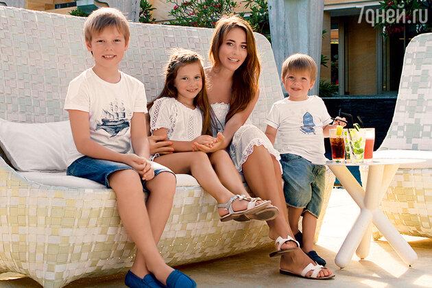 Юлия Барановская с детьми — Артемом, Яной и Арсением