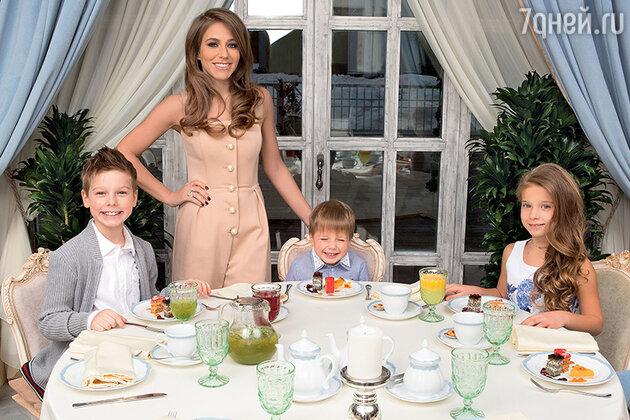 Юлия Барановская с детьми — Артемом, Арсением и Яной
