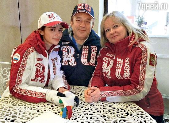 Марина Александрова с мамой Ириной Анатольевной ипапой Андреем Витальевичем вСочи накануне Олимпиады