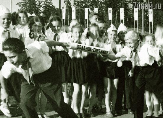 В старших классах поначалу я числился в отличниках, активистах. Эстафета в лагере, 1963 г.