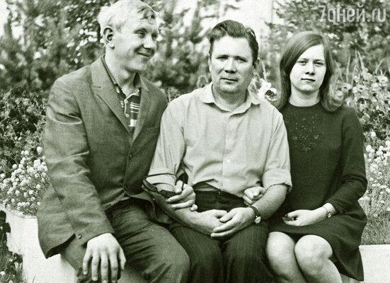 Юрий с отцом и сестрой, 1969 г.
