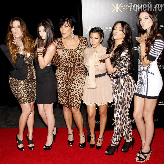 Ким Кардашьян с матерью  Крис Дженнер, сестрами  Кортни и Хлои Кардашьян и Кендалл и Кайли Дженнер