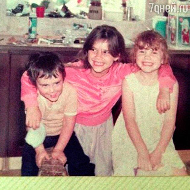 Виктория Адамс (Бекхэм) с сестрой Луизой и братом Кристианом