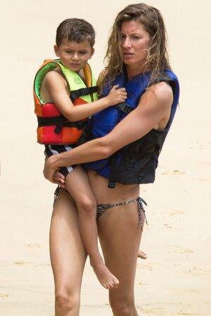 Жизель Бундхен с сыном Бенджамином в Бразилии