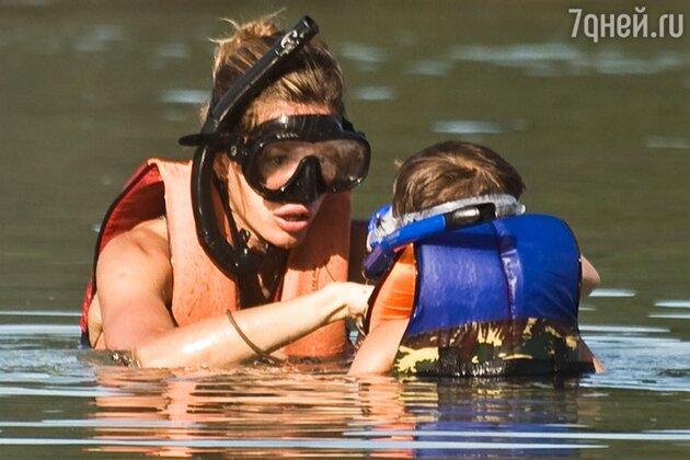 Жизель Бундхен учит сына Бенджамина подводному плаванию
