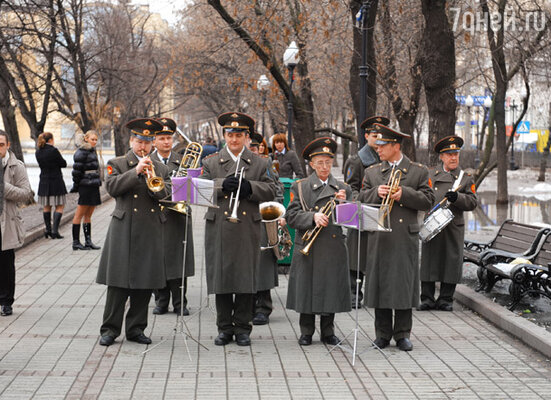 Звездный трудовой десант встречал военный оркестр