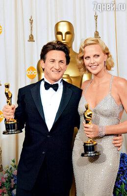Шарлиз и Шон на церемонии вручения премии «Оскар» — Терон получила премию зароль вфильме «Монстр», аПенн удостоился премии за роль в картине «Таинственная река». 2004 г.