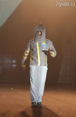 На подиуме моделей в обтягивающих комбинезонах и нано-платьях сменяли картонные движущиеся фигуры на тросах, а в финале показа появился мужчина в скафандре, который начал энергично танцевать