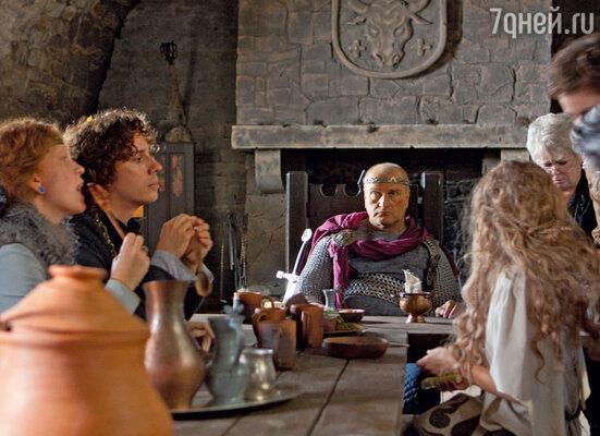 Обеденный зал короля Артура декораторам пришлось строить заново взахламленном подвале старинного замка