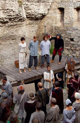 Сцена казни. Интересно, что герои, попавшие в Средние века из современности, носят свою, а не историческую обувь — этоспециально обыграно в сценарии