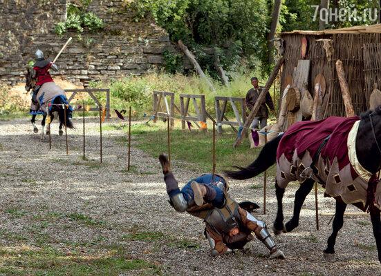 Неудачное падение с лошади может стоить здоровья неподготовленному человеку. Поэтому все трюки за артистов выполняют каскадеры