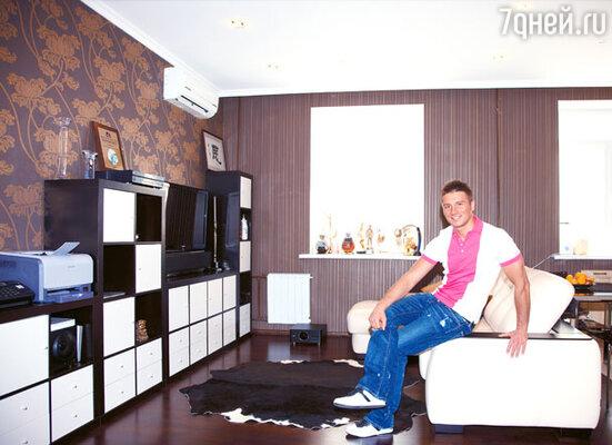 «Моя квартира абсолютно холостяцкая. И по дизайну совершенно мужская — темная, сдержанная. И у меня нет ни малейшего желания привести сюда хозяйку»
