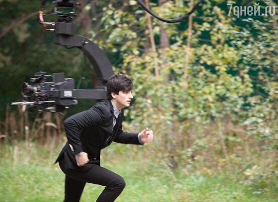 За время съемок Колдун успел набегать по лесу 30 километров и 15 раз сыграть «Облака-бродяги»