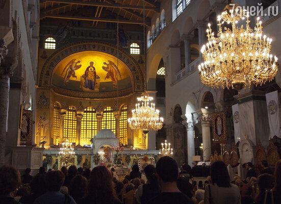 Обязательно посетите базилику Святого Димитрия (и в полуподвальный музей храма тоже загляните — там интересно).