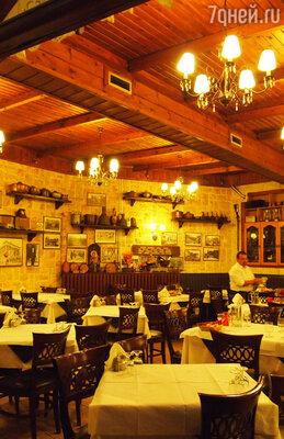 Отведать традиционную кухню в Салониках, включающую оливковое масло, злаковые, овощи и фрукты, сыры и вино, душистые травы, дары моря и орехи, можно в одной из многочисленных таверн.