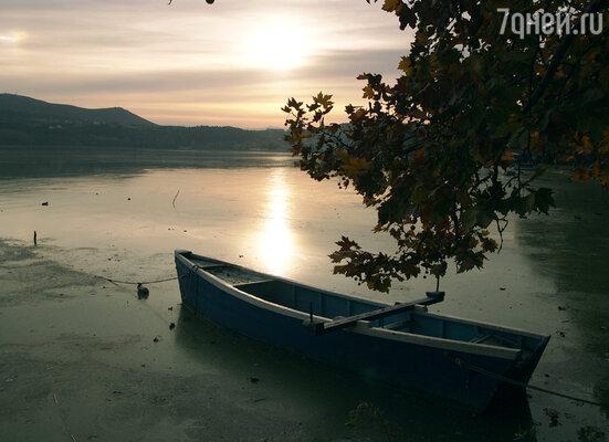 Касторья - красивый и уютный городок с пьянящим горным воздухом, тихими улочками и большим количеством старинных церквей, расположился на берегах озера Орестиада.