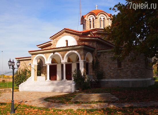 А неподалеку от Филипп, на берегу реки, Павел крестил торговку багряницей по имени Лидия (это было первое крещение женщины на территории Европы).