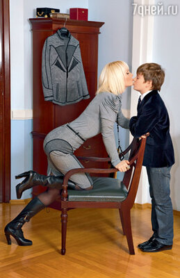 «Сене — 10 лет. Но он уже привык к пиджакам и галстукам — надевает их и в школу, где строгий дресс-код, и на учебные концерты в Гнесинке. В таком наряде он чувствует себя взрослым мужчиной». (На Валерии — ее любимый строгий офисный костюм затейливого кроя)