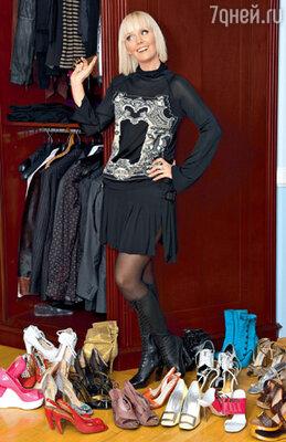 Обширной гардеробной комнатой Лера пока не обзавелась. Все свое имущество с трудом умещает в двух шкафах. На фото — малая часть обувной коллекции Валерии
