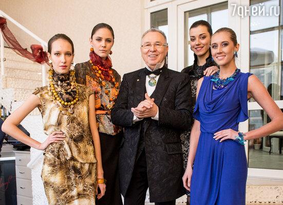 В преддверии Нового года знаменитый кутюрье Вячеслав Зайцев выпустил лимитированную коллекцию одежды